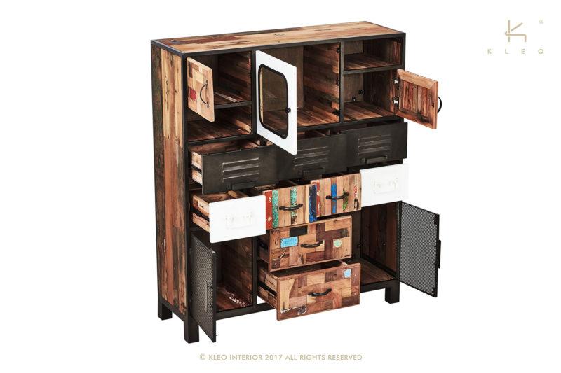 Multinational aparador alto de estructura metálica y madera reciclada de barco. Compuesto por 9 cajones y 5 puertas