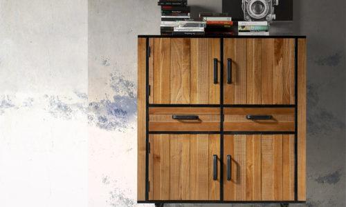 Ambiente aparador alto Agra de madera y estructura metálica color negro, con 2 cajones y 4 puertas