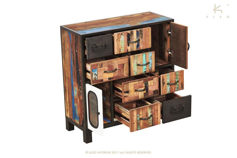 Multinational aparador de estructura metálica y madera reciclada de barco. Compuesto por 8 cajones y 2 puertas