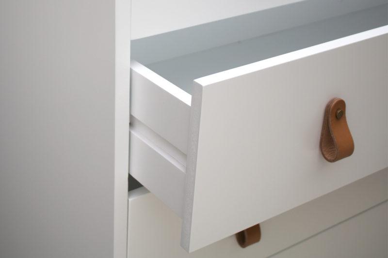 Detalle cajón cómoda blanca Origen y tirador de cuero