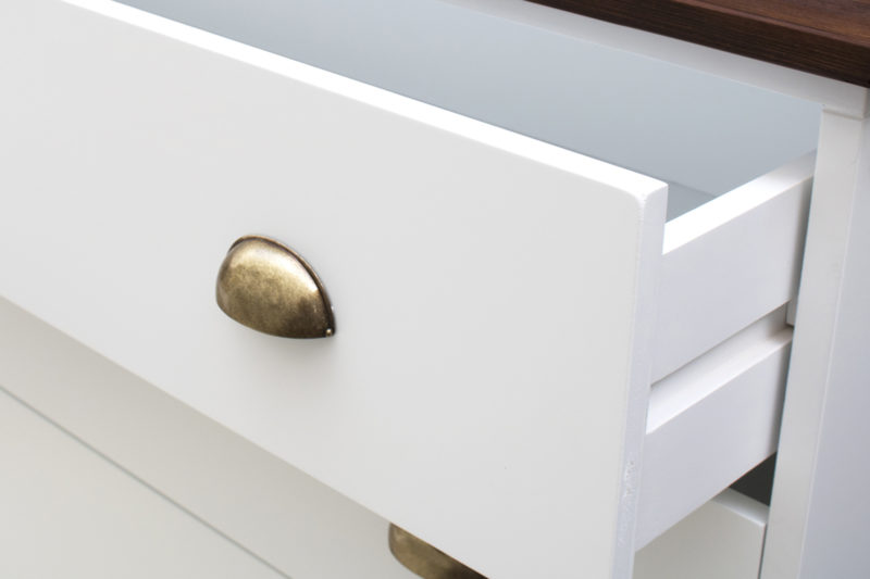 Detalle cajón blanco, tirador metálico y tapa de abeto